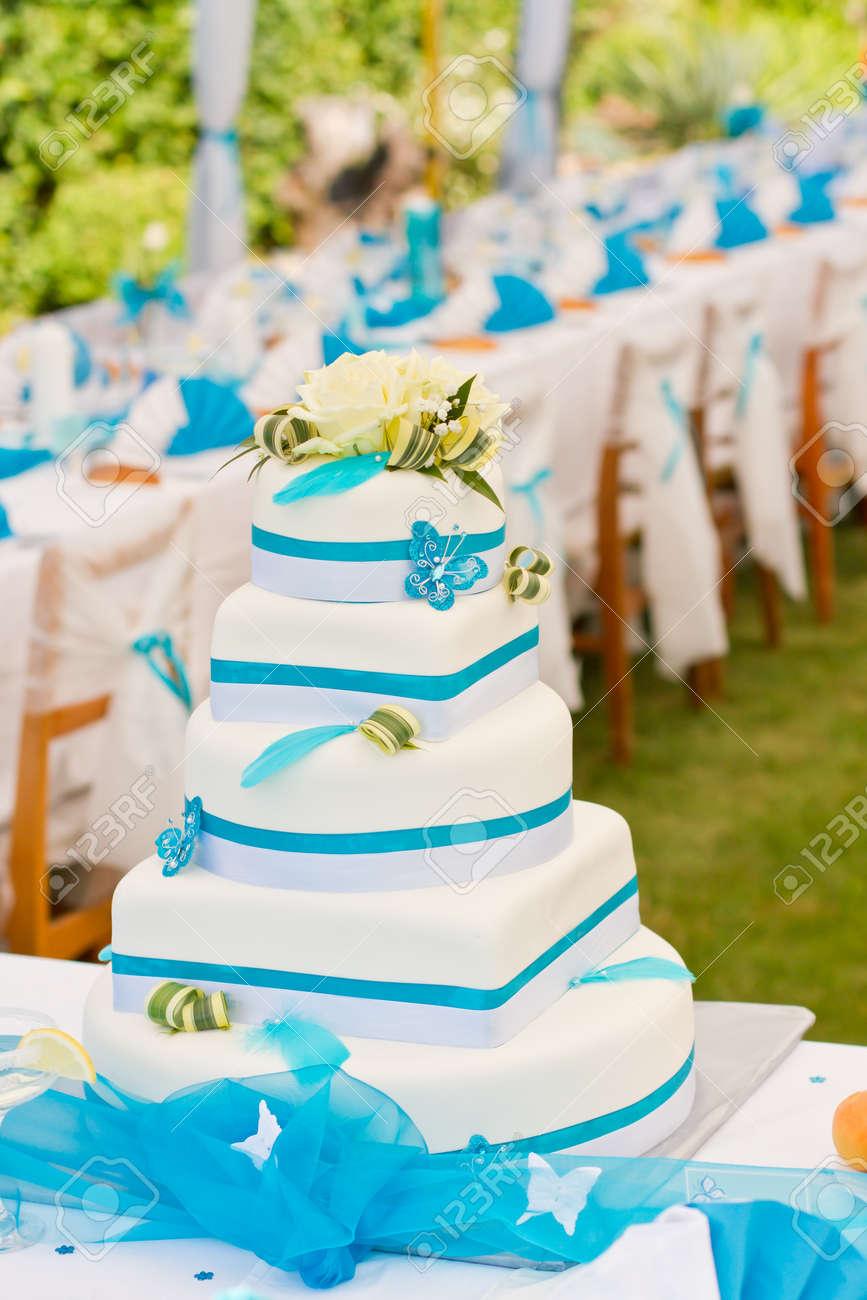 Hochzeitstorte Und Luxus Gedeckten Tisch In Weiss Und Blau