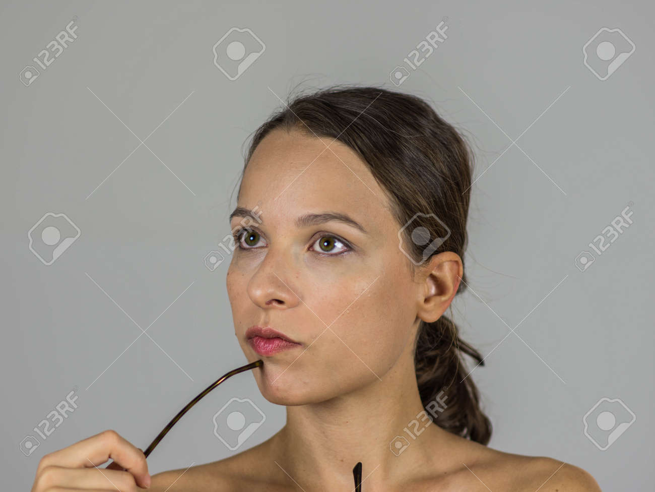 Schöne Intellektuelle Mädchen Mit Brille Lizenzfreie Fotos, Bilder ...