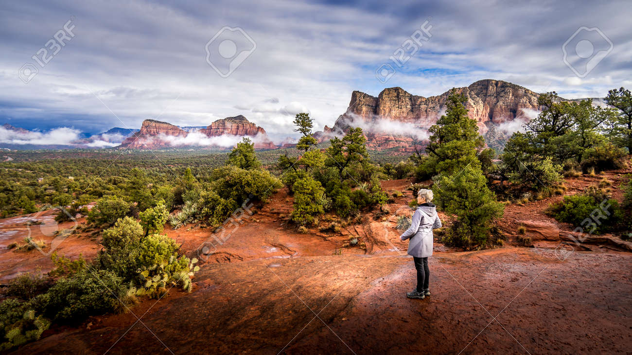 Woman looking at the Red Rocks of Munds Mountain and Surrounding Mountains near the town of Sedona in northern Arizona in Coconino National Forest, USA - 159817625
