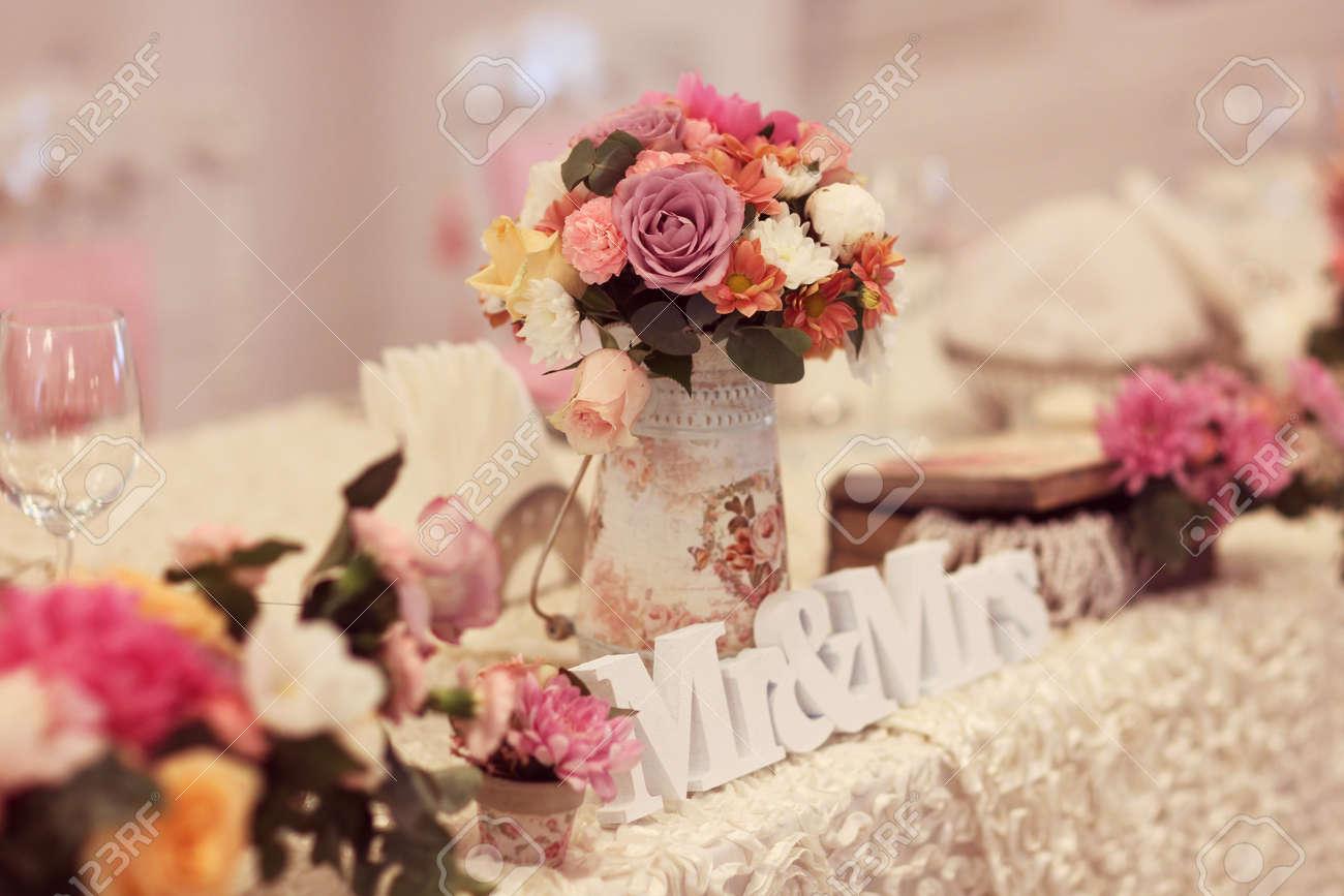 mesa de boda bellamente decorado con flores y sr y sra letras foto de archivo