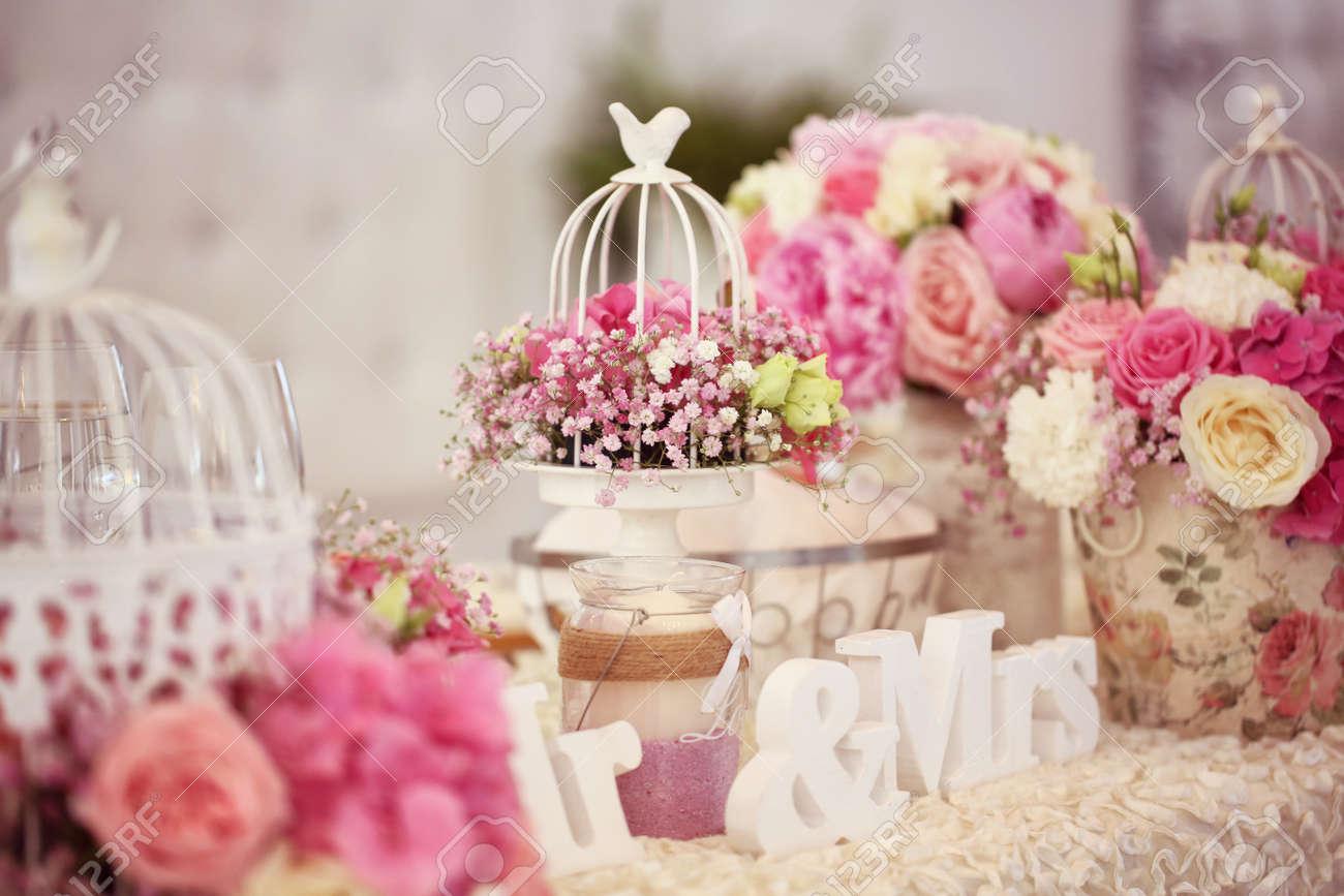 Schön Dekoriert Hochzeitstisch Mit Blumen Lizenzfreie Fotos Bilder