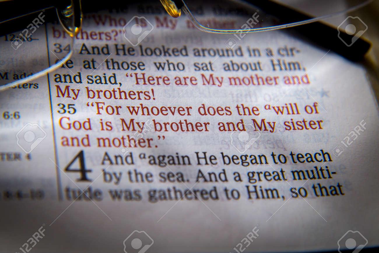 Voici Ma Mère Et Mes Frères Car Quiconque Fait La Volonté De Dieu Est Mon Frère Et Ma Sur Et Ma Mère Texte De La Bible De John 935 La Bible Les
