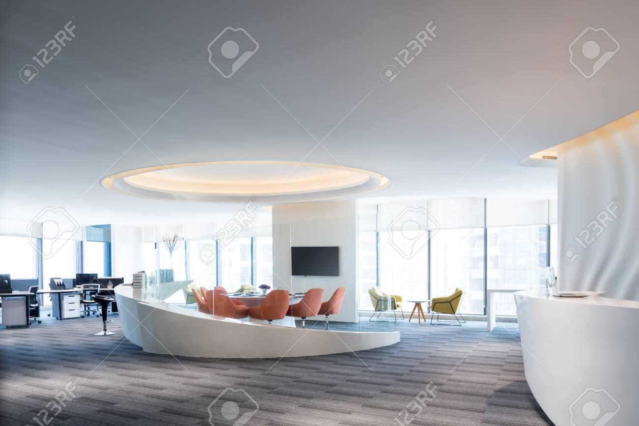 Moderne büroeinrichtung  Mode Und Moderne Büroeinrichtung, Modernes Großraumbüro Lizenzfreie ...