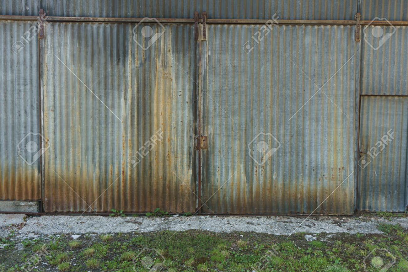 Grunge Corro Do Edificio De Hierro Corrugado Con Oxidado Cerr  ~ Puertas Hierro Exterior Fachadas