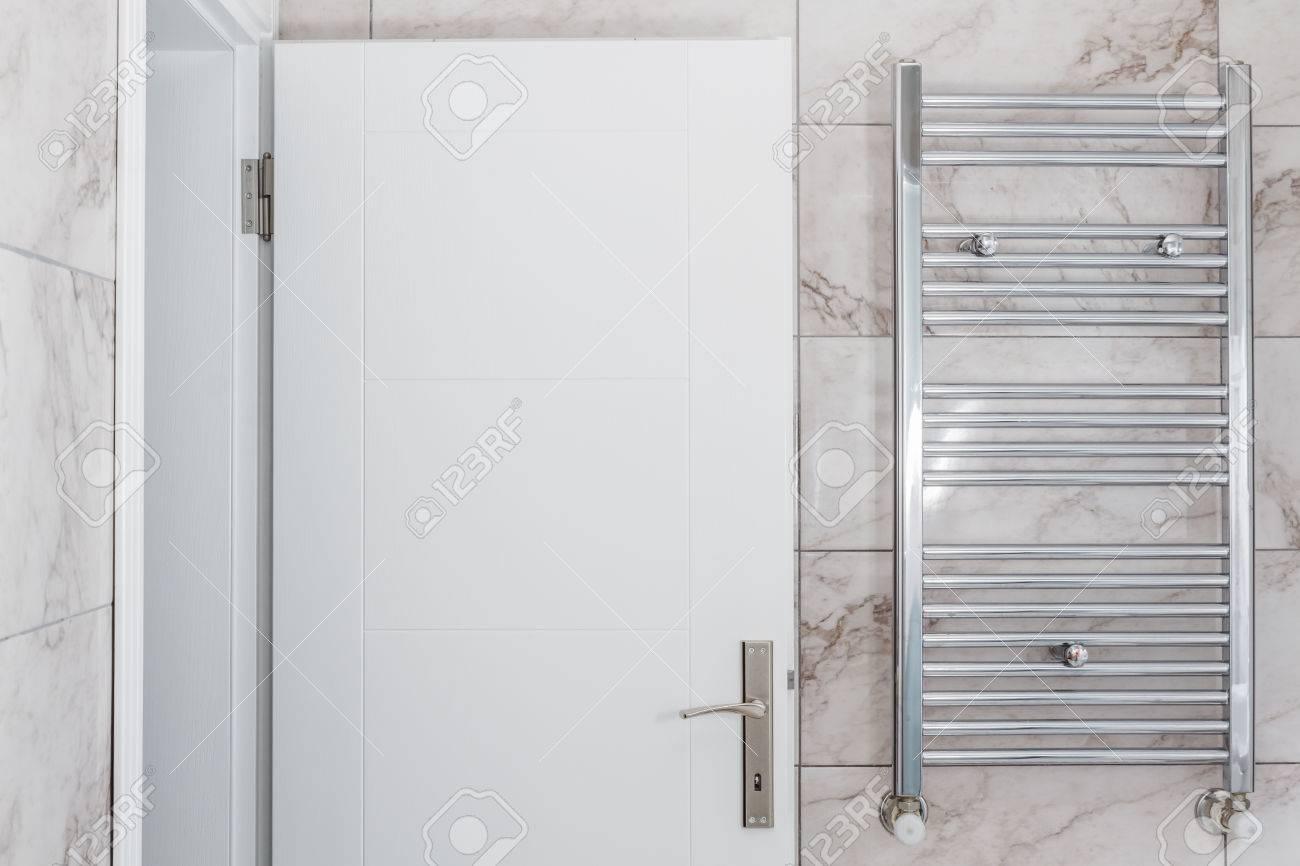 Moderne radiateur métallique de chauffage central dans salle de bain