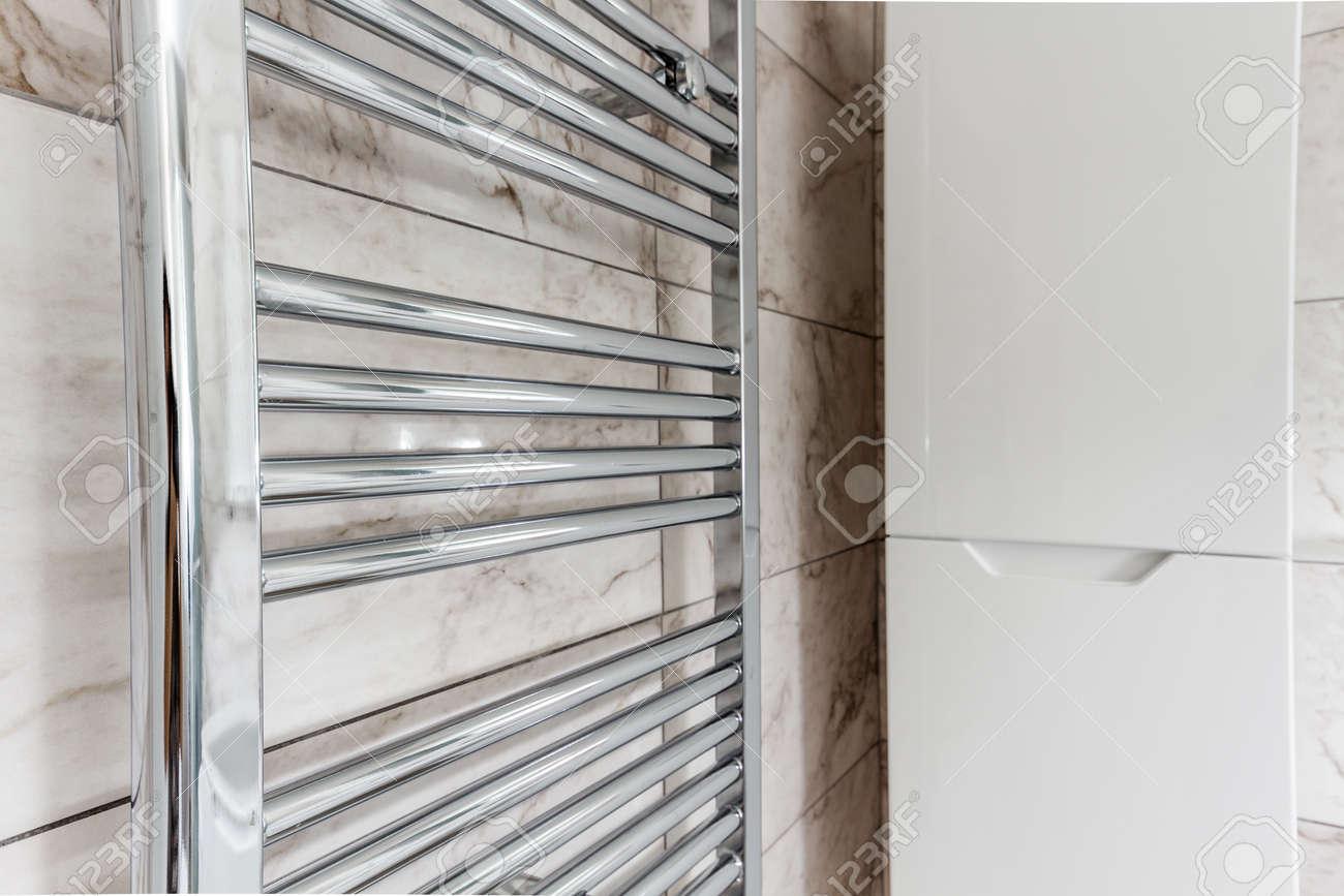 Moderne Radiateur Métallique De Chauffage Central Dans Salle De Bain - Radiateur salle de bain chauffage central