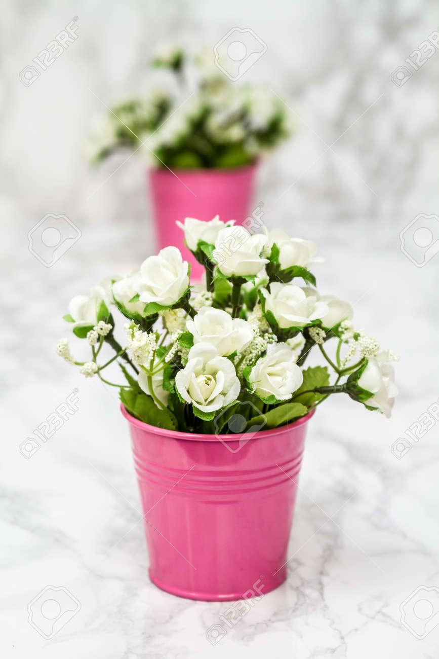Les Petites Fleurs Blanches Artificielles Decoratives En Pot Rose