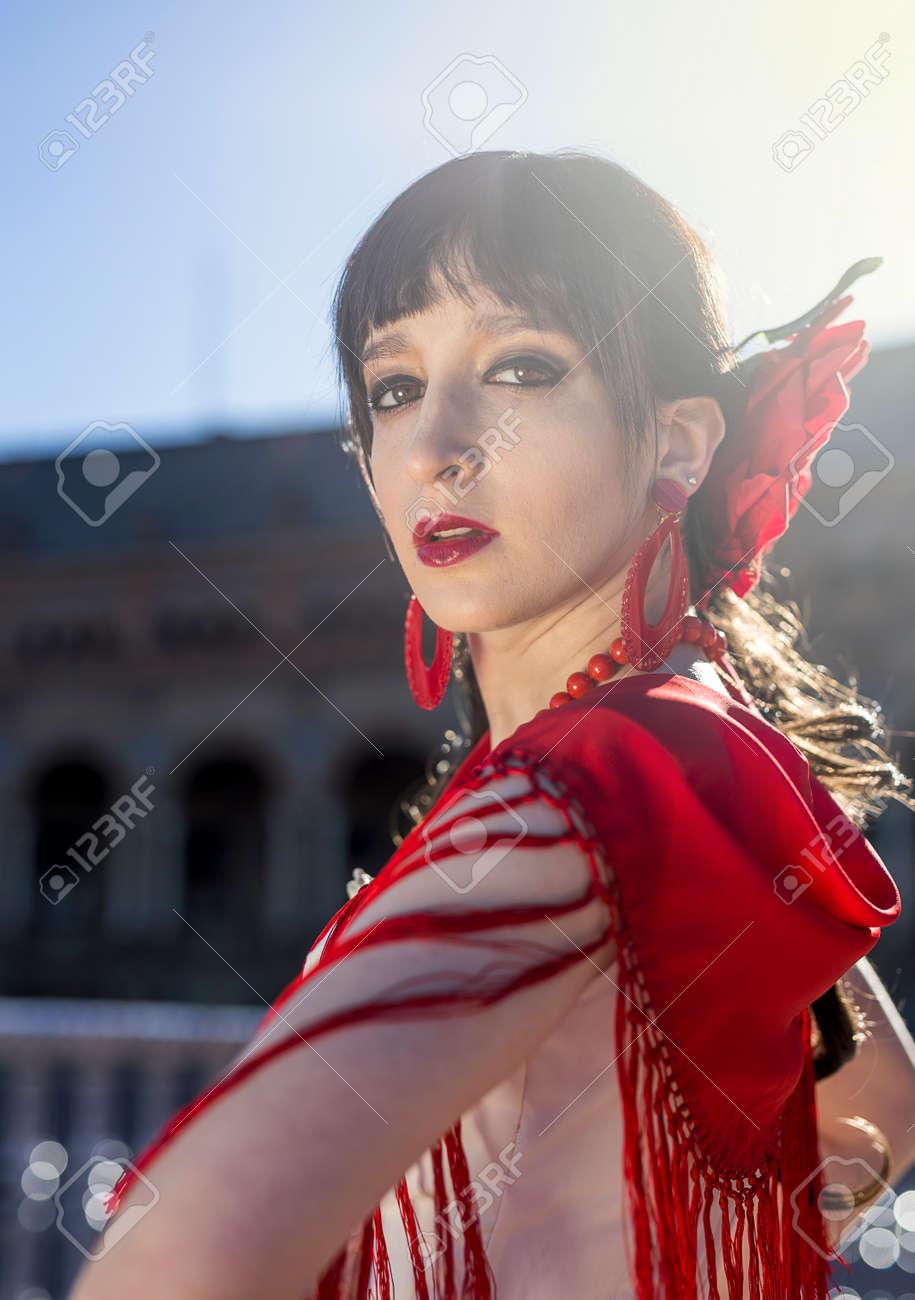 Danseuse De Flamenco Jeune Et Elegante En Action A Seville Espagne