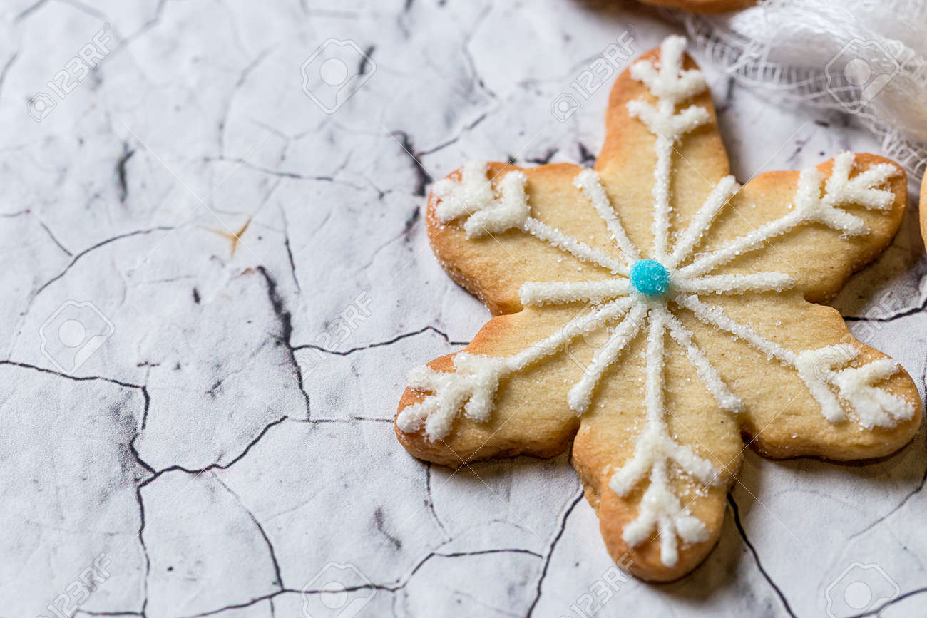 Decorazioni In Legno Natalizie : Biscotti di natale sul tavolo di legno con decorazioni natalizie