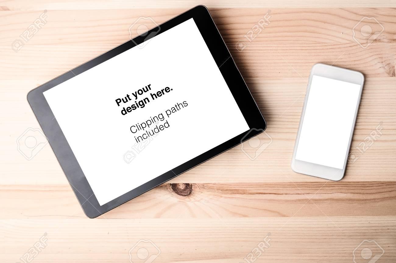 Tablette et smartphone sur le vieux bureau en bois. tracés de