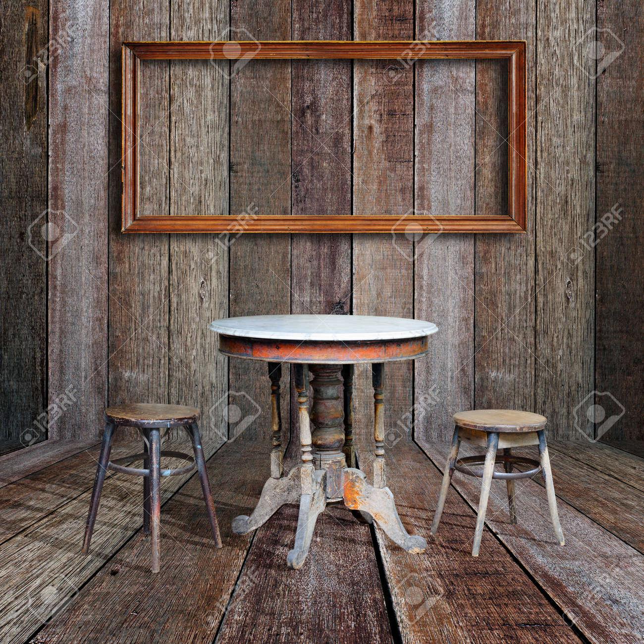 Bilderrahmen Und Möbel Im Vintage Holz Zimmer Standard Bild   16357375