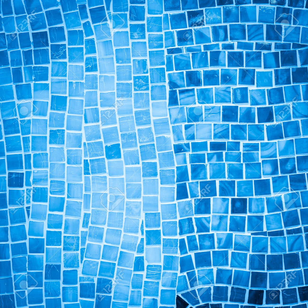 Mur de carreaux de mosaïque bleue rugueuse dans salle de bain