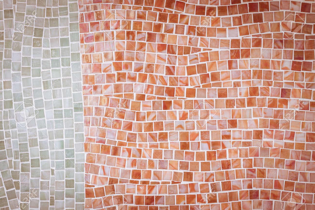 Mur de carreaux de mosaïque rouge rude dans salle de bain