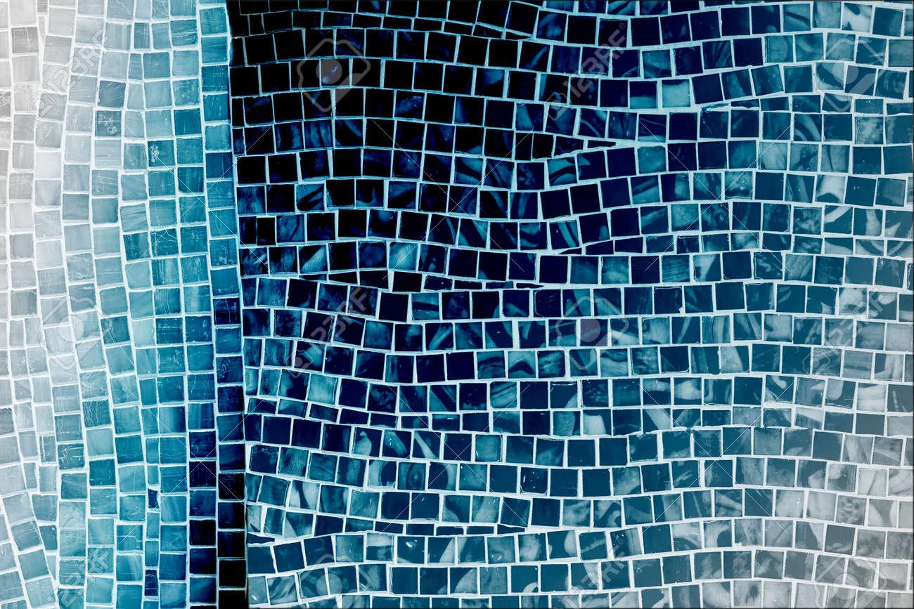 Mur De Carreaux De Mosaique Bleue Rugueuse Dans Salle De Bain Banque D Images Et Photos Libres De Droits Image 39349215