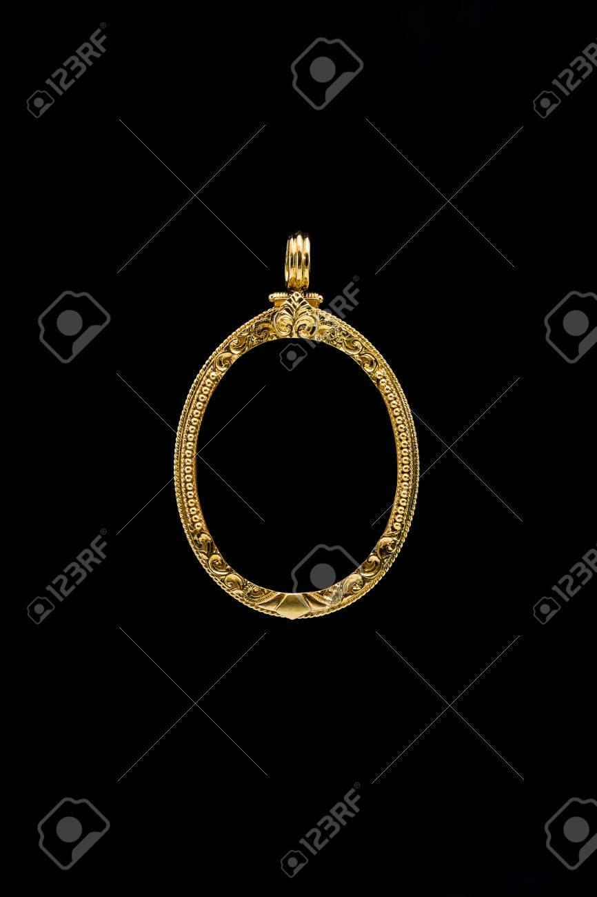 Medallón De Oro Marco Colgante Sobre Fondo Negro Fotos, Retratos ...