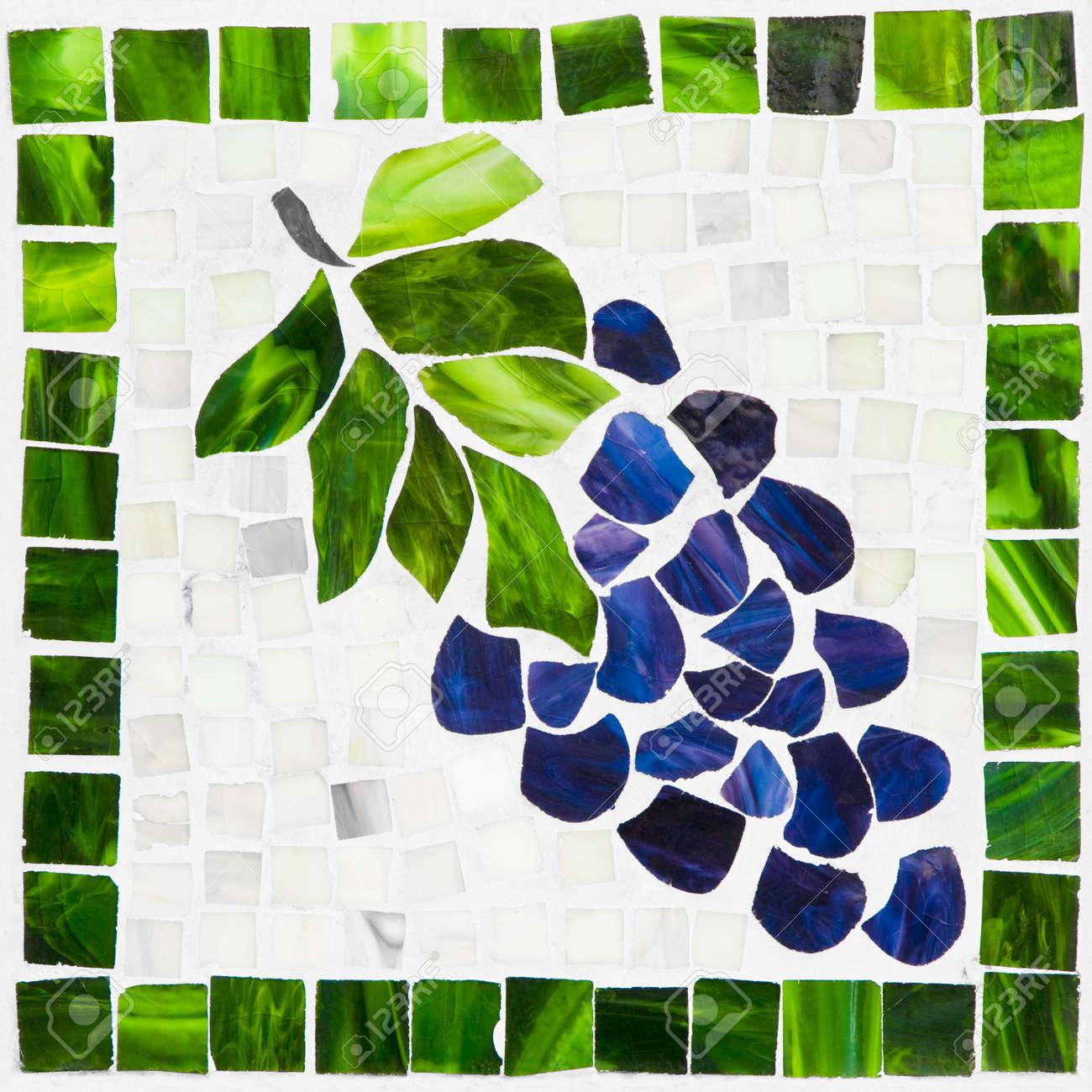 foto de archivo mosaico de uvas de azulejos del azul que consisten en verdes y blancos