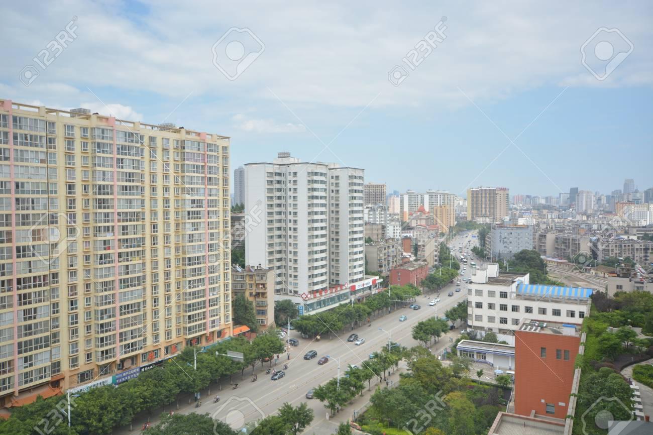昆明市、中国、昆明のスカイライ...