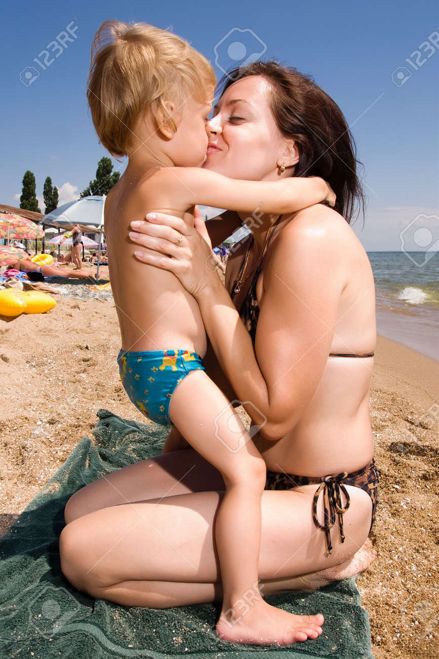Порно мама и дочька на море