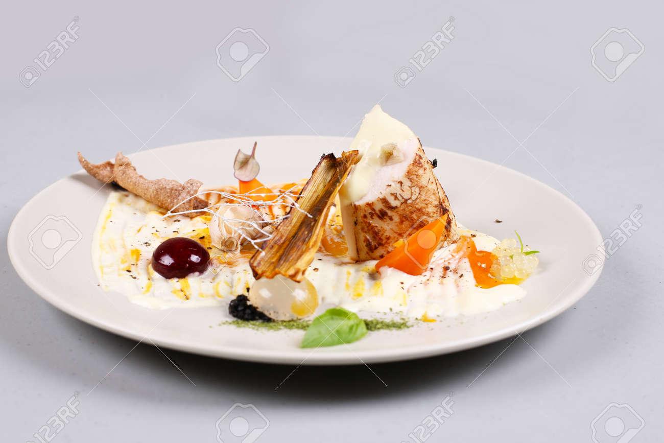 Moderne molekulare küche hühnerbrust gekocht in einem