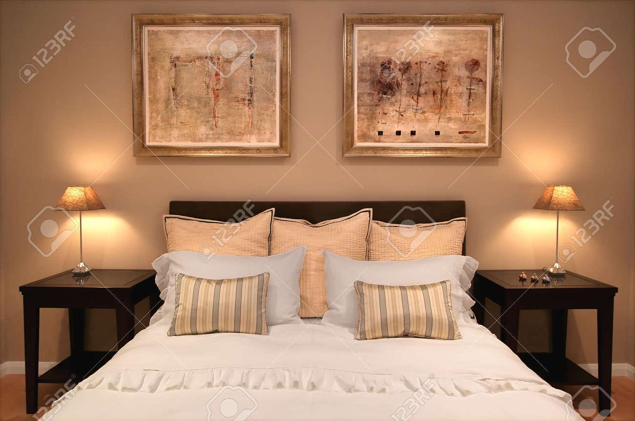 Intérieur de chambre à coucher dans la maison contemporaine