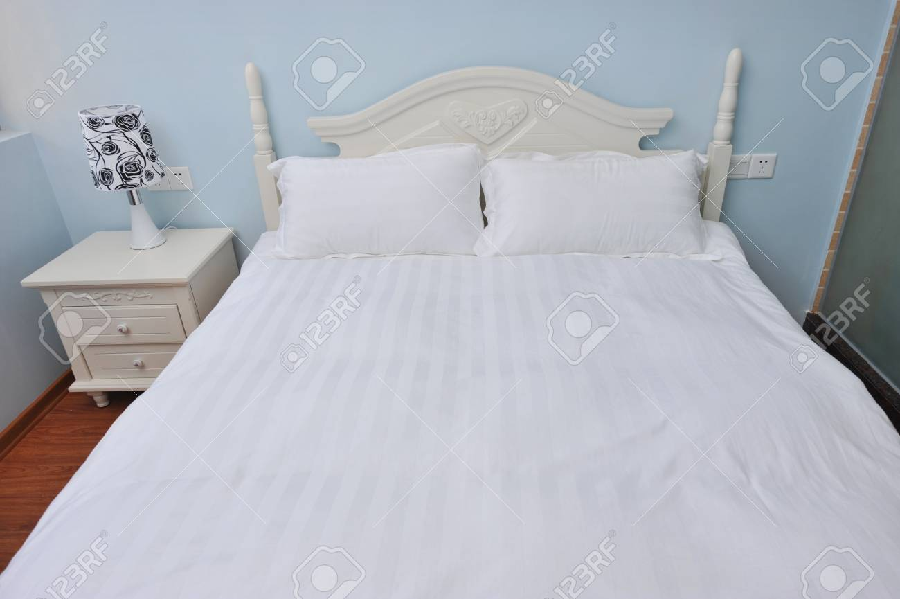 King sized bed in a business hotel room. Stock Photo - 13253164