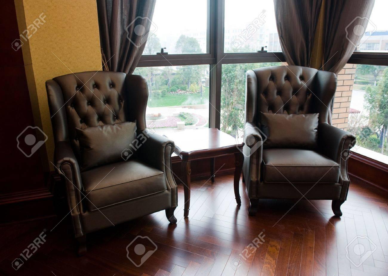 Standard Bild   Zwei Stühle Und Tisch In Klassische Wohnzimmer.