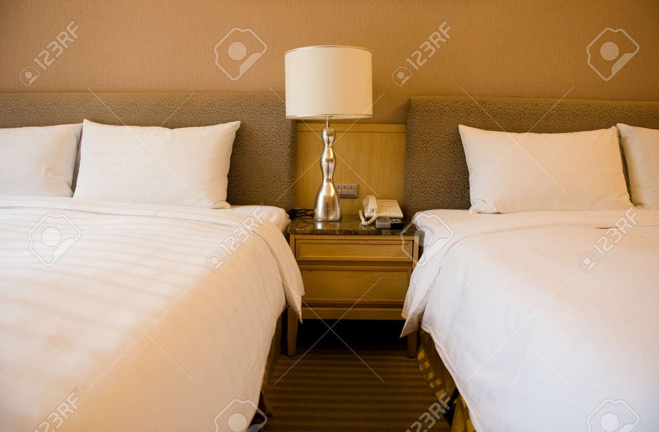 Luxe kamers met twee bedden. royalty vrije foto, plaatjes, beelden ...