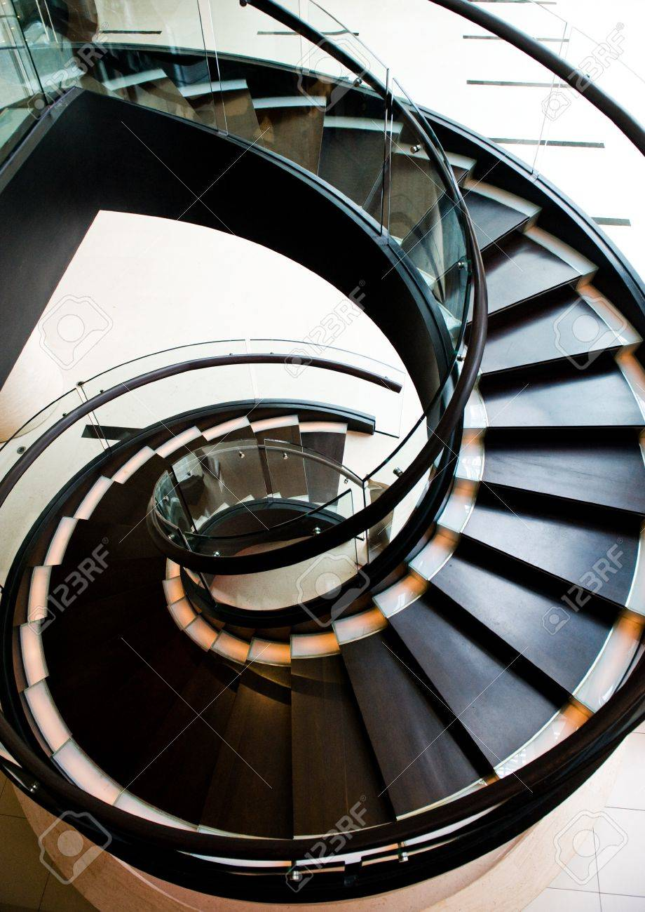 escalera caracol escalera de caracol negro en un restaurante con pasamanos de madera brillante