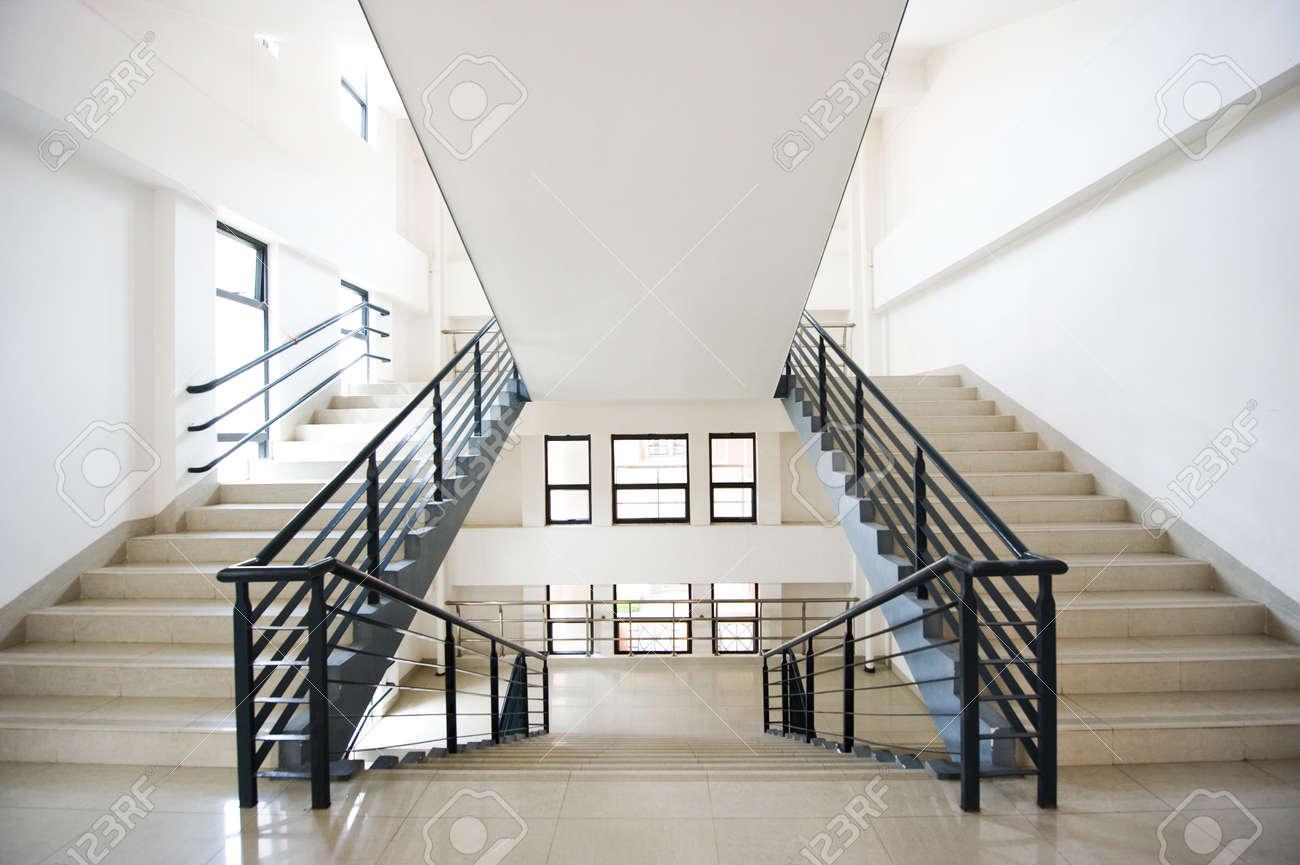 Escaliers Modernes Dans Un Bâtiment Banque D\'Images Et Photos Libres ...