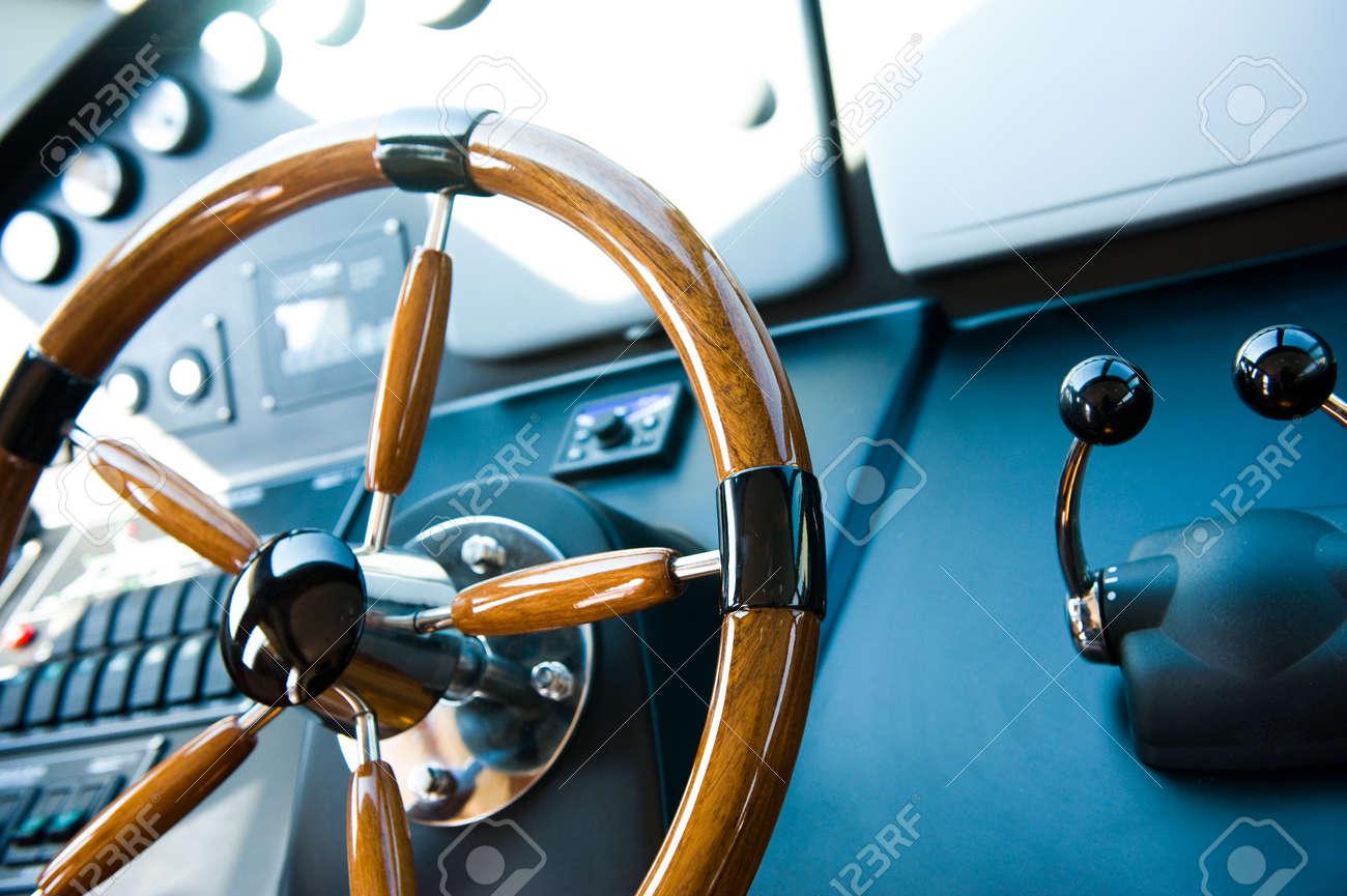steering wheel on a luxury yacht. Standard-Bild - 13883989