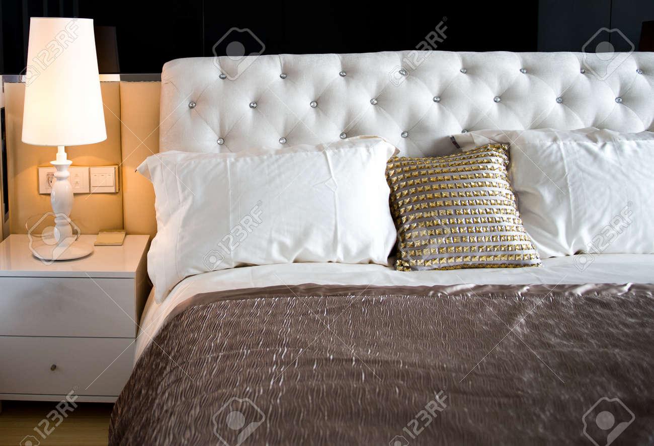 King Size-säng I Ett Affärshotell Rum. Royalty-Fria Stockfoton ...