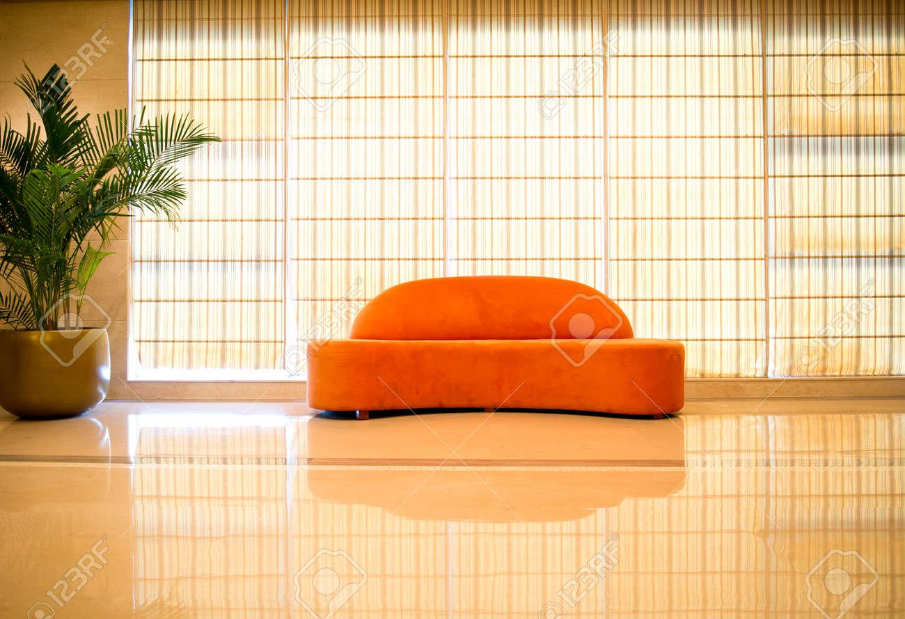 Canapé Moderne Avec Usine Dans Une Maison Moderne. Banque D\'Images ...
