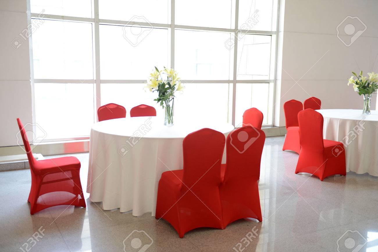 Wunderschönen Roten Stühlen Und Weißen Tischdekorationen Für Feine ...