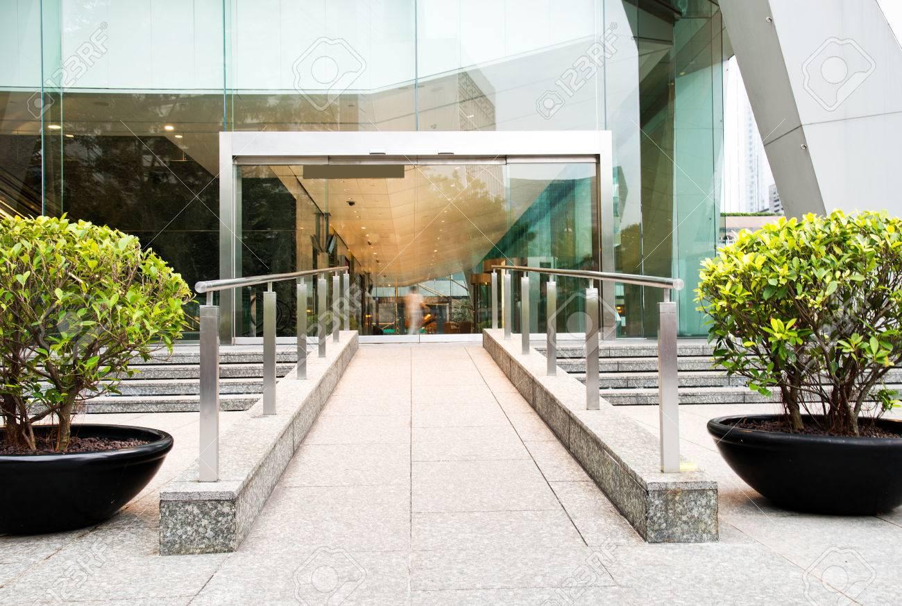 Porte en verre du b timent de bureaux moderne banque d images et