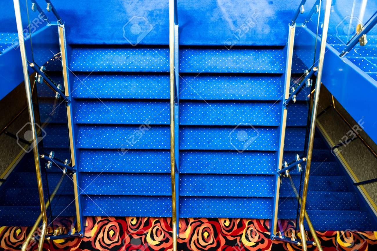 Tapis Bleu Sur Un Escalier Dans Une Croisiere De Luxe Banque D
