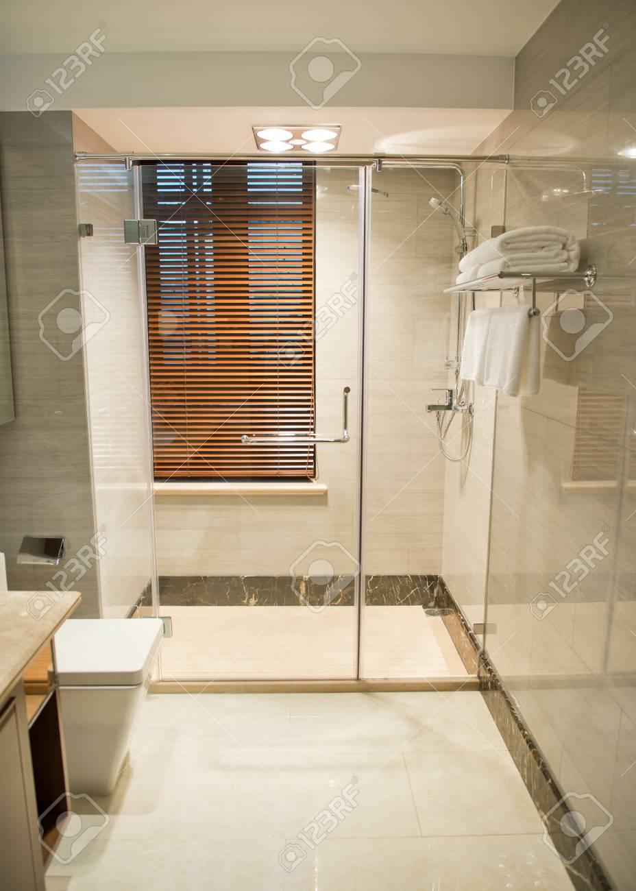 Schönes Badezimmer In Einem Luxuriösen Hotelzimmer. Lizenzfreie ...