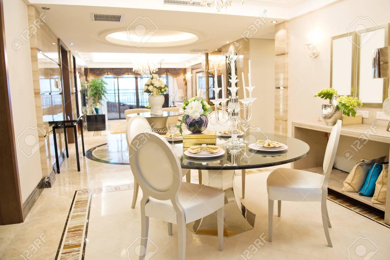 Salle à manger moderne dans une maison de luxe.