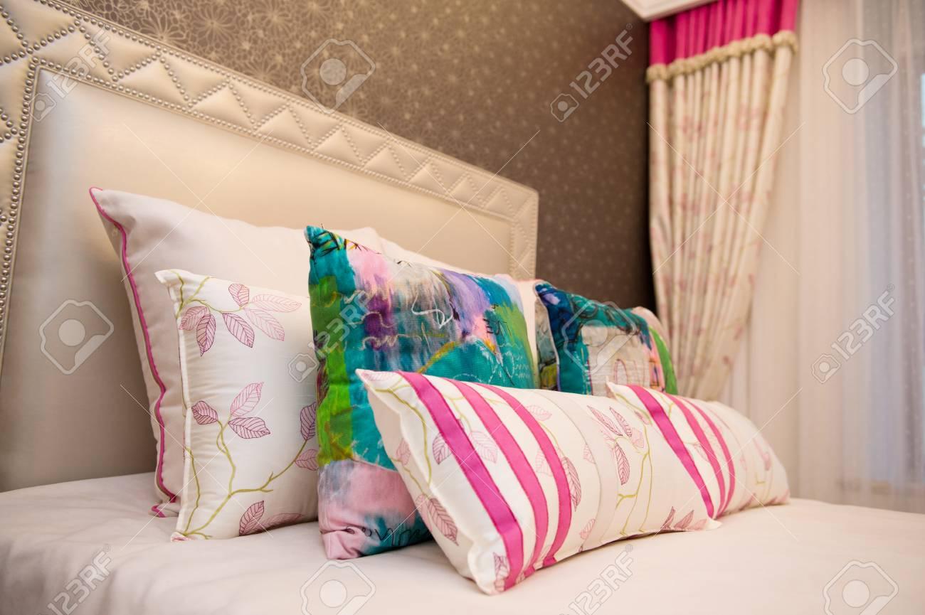 Bild Der Gemütlichen Kissen Und Bett Lizenzfreie Fotos Bilder Und