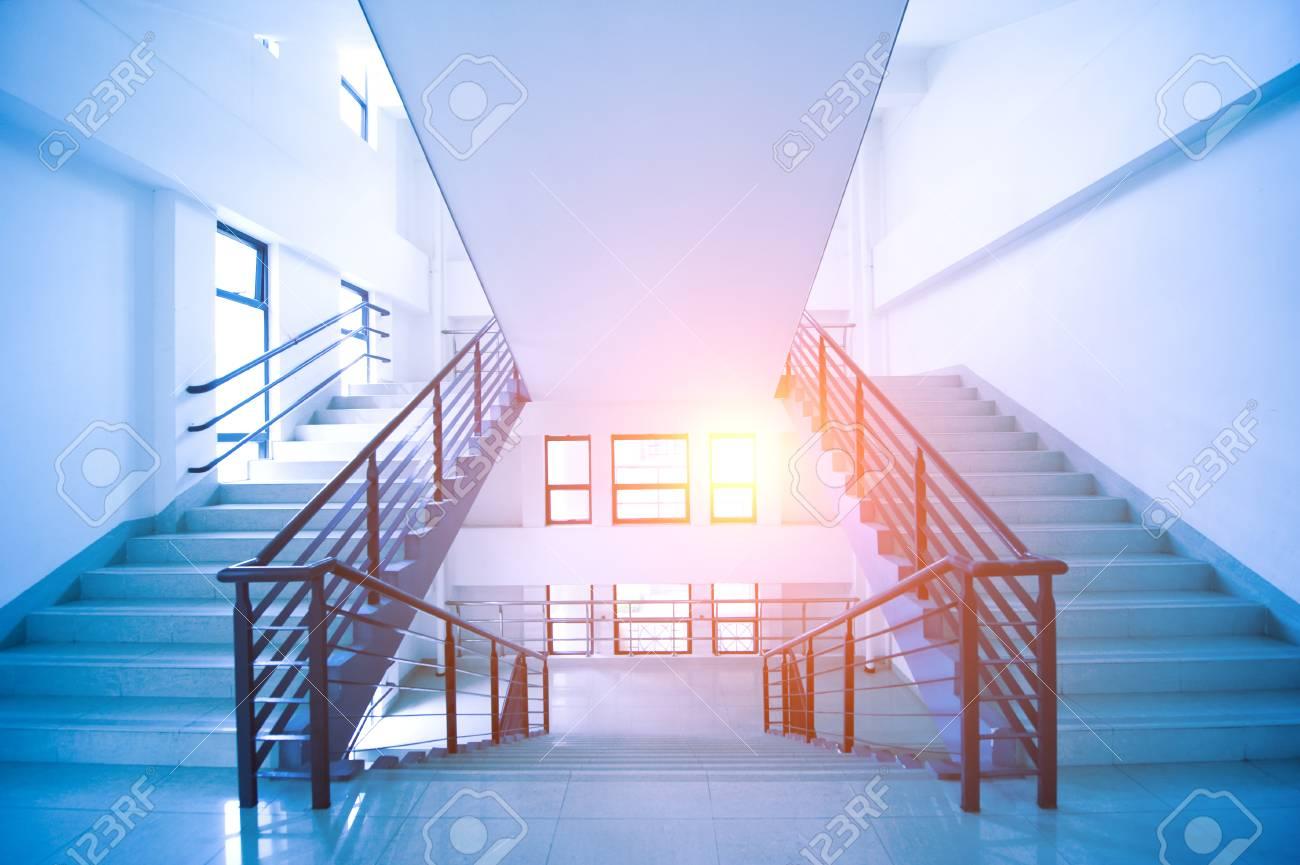 Schön Moderne Treppen Dekoration Von In Einem Gebäude Standard-bild - 75039085