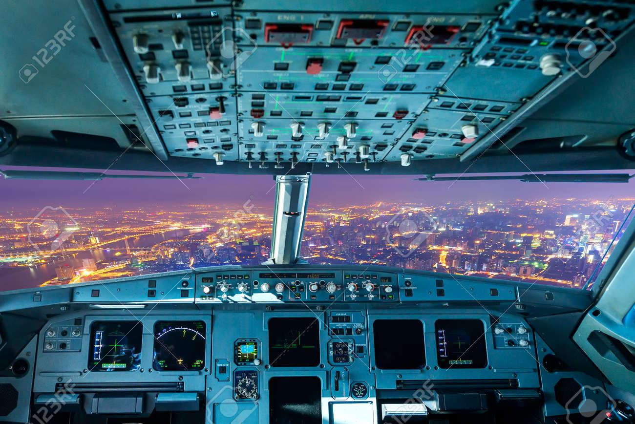 飛行機のコックピットと夜の都市...