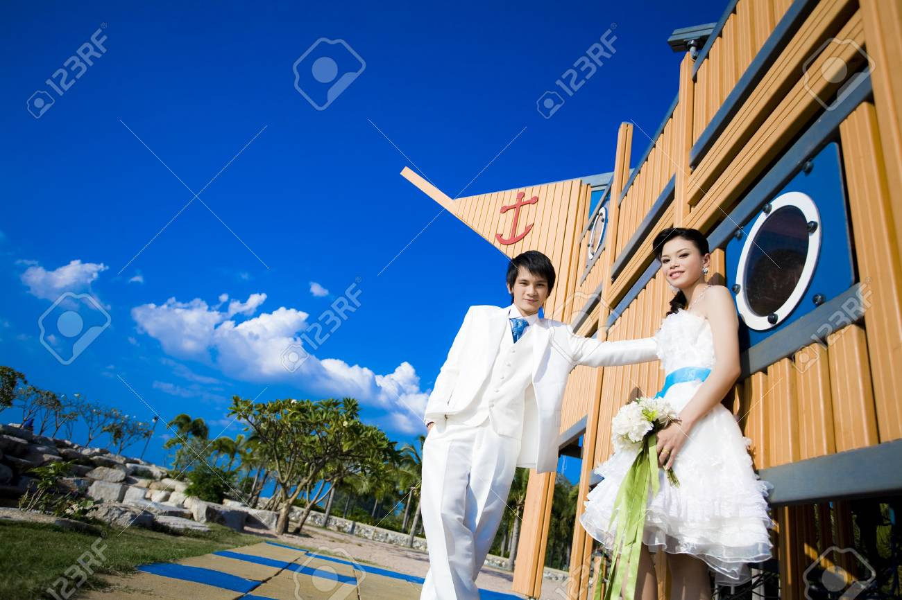 Bride and Groom on the garden beautiful Stock Photo - 9415054