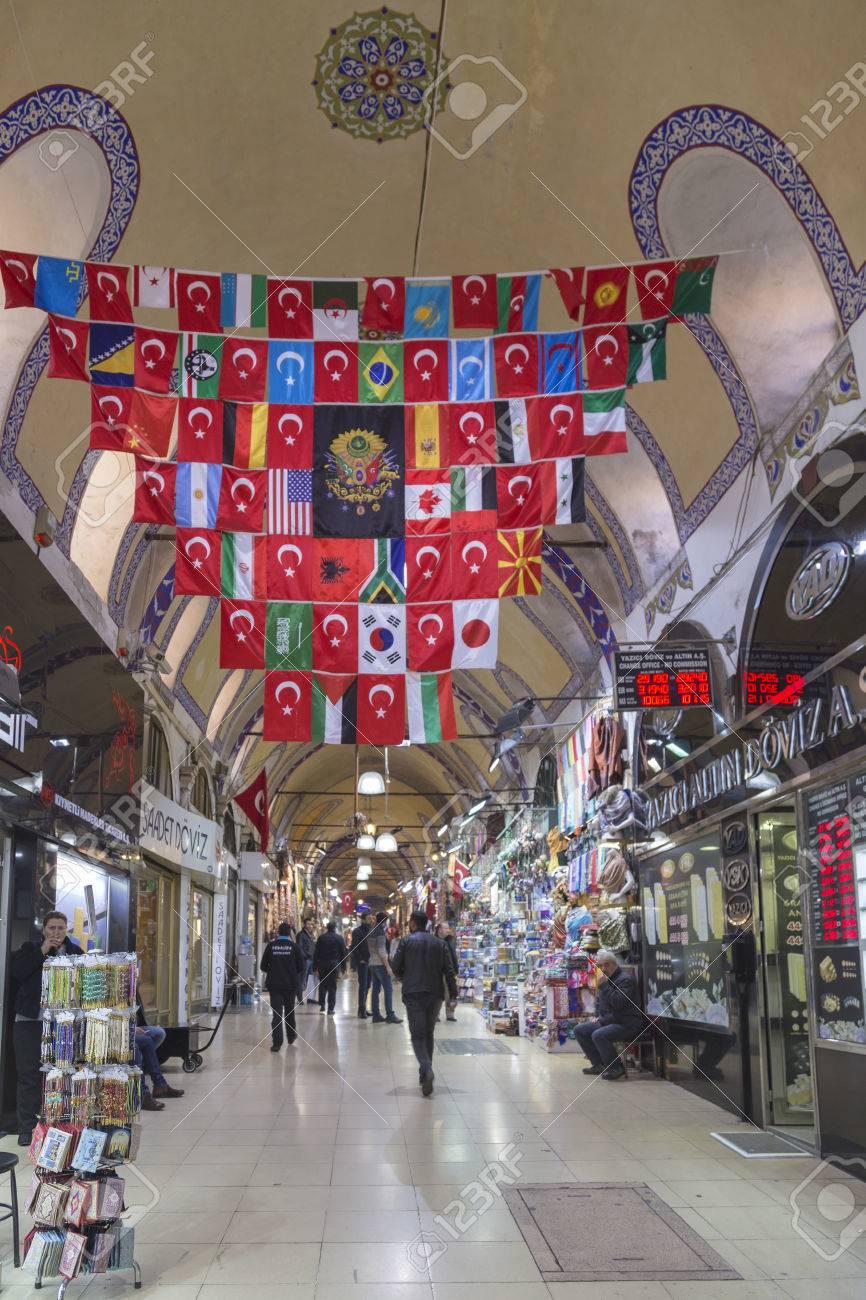 Banque d images - Vue intérieure depuis le Grand Bazar (Kapali Carsi) et  les gens qui marchent et faire du shopping, Istanbul, Turquie ae646f765e9