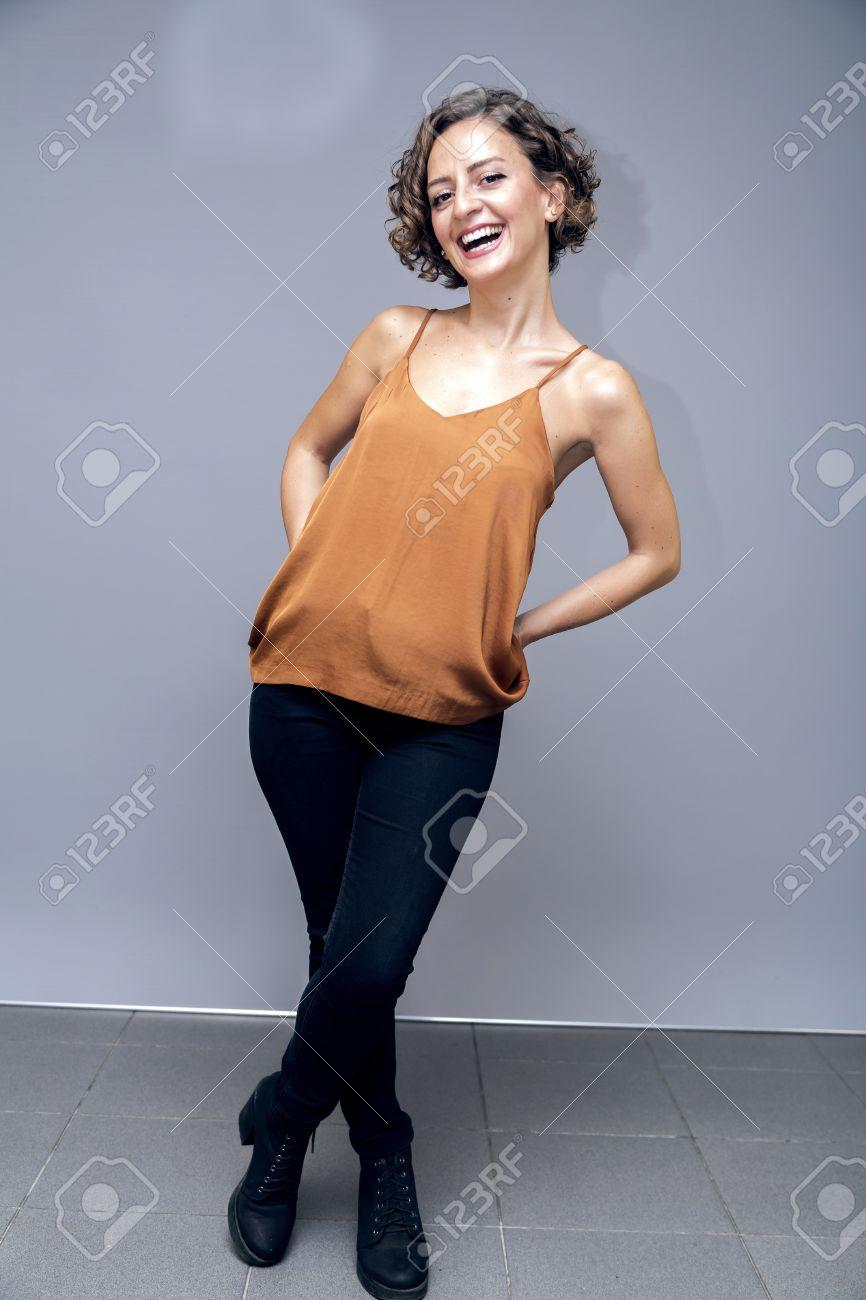 Schöne Weibliche Modell Trägt Eine Orange Seide Bustier Porträt ...