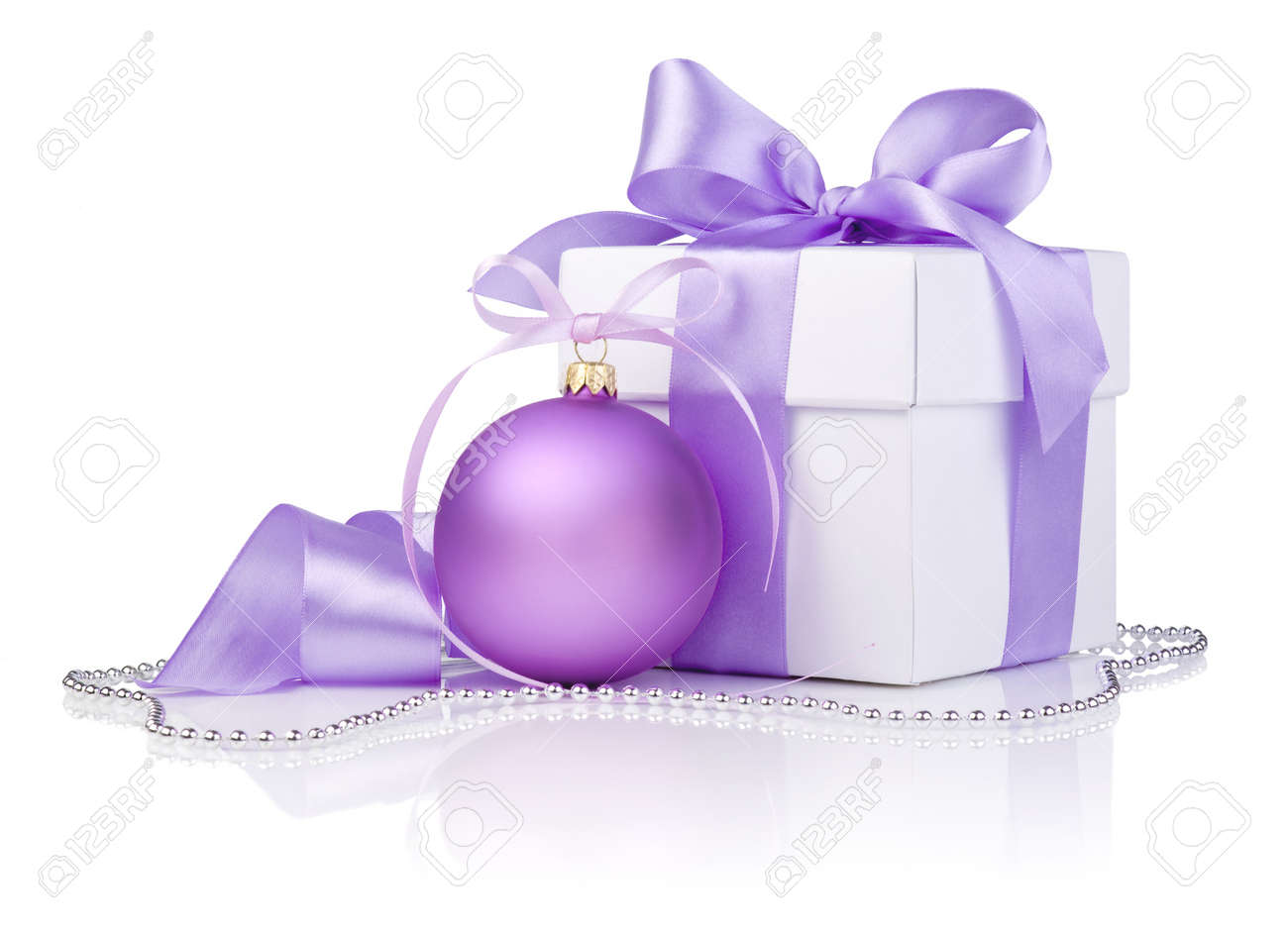 Cadeau De Noël Avec Boule Violet Et Noeud De Ruban Isolé Sur Fond ...