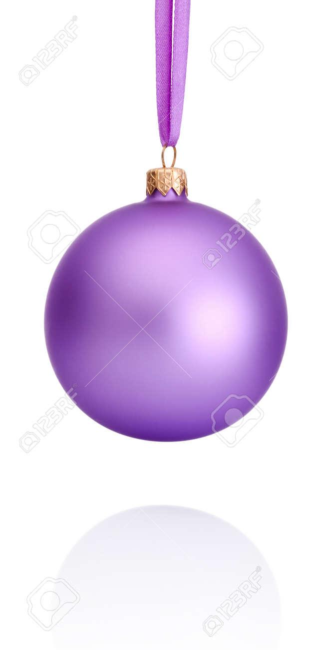 Boule Violette De Noël Suspendu à Ruban Isolé Sur Fond Blanc Banque ...