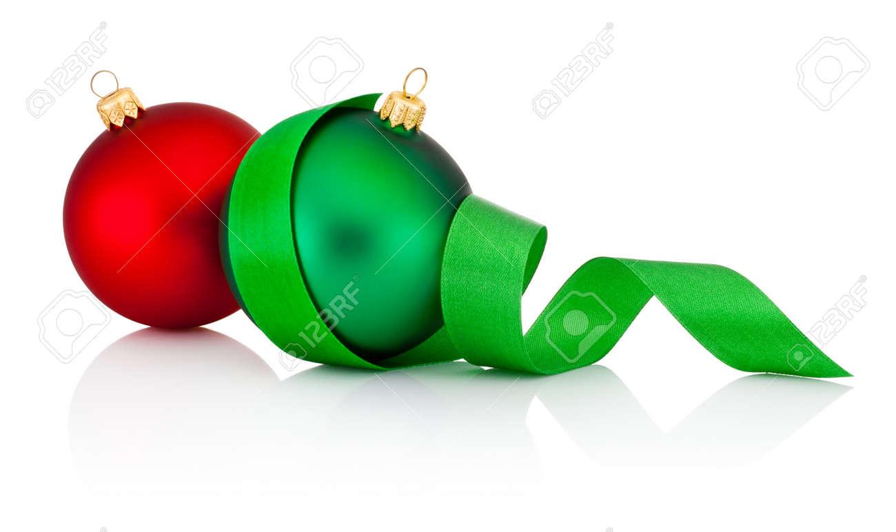 Boules De Noël Rouge Et Vert Avec Ruban Isolé Sur Fond Blanc