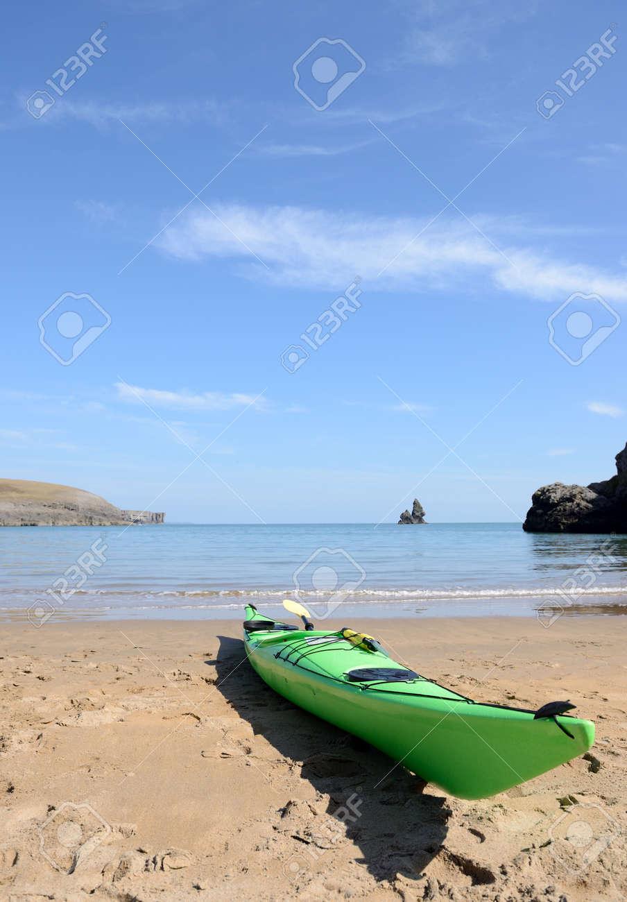 Carte Bleue Kayak.Un Kayak Vert Avec La Carte Sur Une Plage Pret Pour L Aventure Sur Un Jour De Ciel Bleu Ensoleille