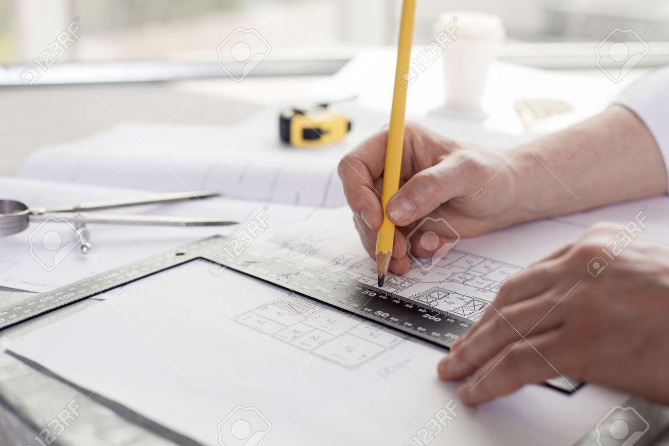Nahaufnahme Der Hande Architekten Zeichnen Skizzen Konstruktion Er Halt Einen Bleistift Und Ein