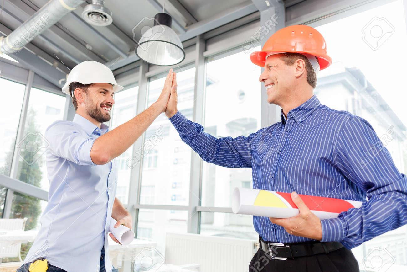 Resultado de imagem para homens trabalhando em grupo rindo