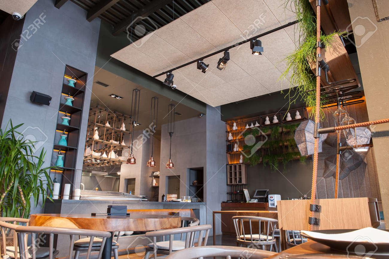 Atmosfera accogliente del ristorante moderno con tavoli e sedie in ...